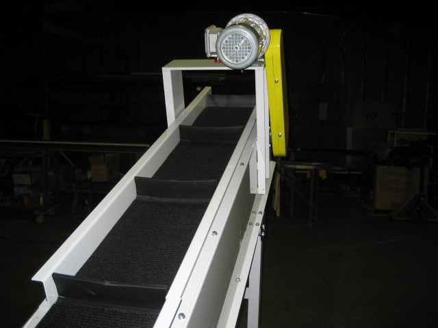 uphill conveyor belt with dividers